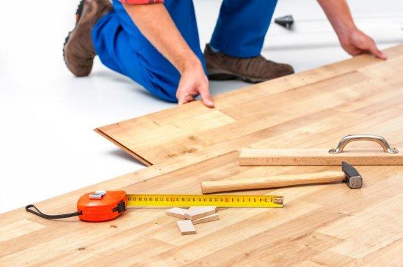 Installateur professionnel de parquet stratifié dans un salon